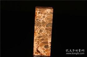 此石产云南,底子透明,即冻石原理。色暗红,或为胭脂横行。花纹衣原体,连锁连理结构。整体判读,疏朗明显,张驰有余。也有石农称其蛇皮冻,只是取其表面可读性图案。