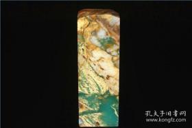 有人说,这是维多利亚的绿,未免有点浪漫。在国画颜料里,这是比较正统的石绿,色泽怪好看的。她倾向于翡翠绿,光频率大于520~610THz。此石整体美艳动人,色泽华丽,色阶明鉴。尤其是些许浅白点,映衬出更深的绿。因为此石毗邻金矿,所以底子是黄金底,天然富丽。20年前收藏,你值得拥有。