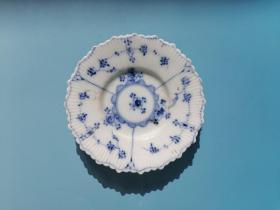 包老康熙青花小碟瓷质细腻釉水肥厚如脂似玉(几乎透明)