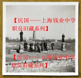 """民国老照片:民国南京——高淳县淳溪镇——保圣寺塔(俗称""""四方宝塔""""),约成像于民国丁亥(1947)仲春。——简介:保圣寺塔(四方宝塔),相传建于东吴赤乌二年(239年),系孙权为其母延寿祝福而建。是江苏省级文物保护单位,也是古城高淳的一个标志性建筑。保圣寺塔造型为四方七级,砖木结构楼阁式,总高33.5米。【民国——上海钱业中学职员旧藏系列】"""