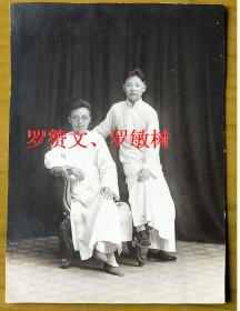 民国老照片:民国长衫男子——罗赞文、罗敏树,民国34年或35年摄于杭州,看背题。