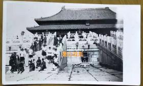 民国老照片:民国北京——学生旅行——北平故宫太和殿。