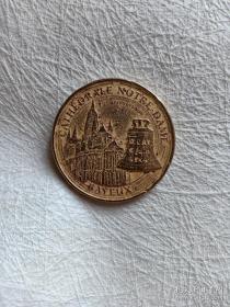 """法国纪念章 诺曼底登陆纪念章 诺曼底登陆70周年纪念日(1944年6月6日)巴黎钱币博物馆 大铜章 直径33.8mm 2014年发行 背面铸有7种语言文字的""""法国""""诺曼底登陆,代号""""霸王行动""""是第二次世界大战中盟军在欧洲西线战场发起的一场大规模攻势。接近三百万士兵渡过英吉利海峡前往法国诺曼底。它是目前为止世界上最大的一次海上登陆作战,使第二次世界大战的战略态势发生了根本性的变化"""