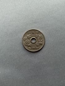 """日本硬币 50元 五十円 菊花 圆形圆孔钱 日本国 昭和51年(1976年)赠钱币保护盒 菊花是日本天皇及皇室的家纹图案,也是日本的国花。自古以来,菊花一直是日本人心目中最高贵的花,也被称为""""百花之王""""、""""群芳贵种""""。在日本,菊花的花语是""""高尚""""和""""高贵"""",也是富贵的象征"""