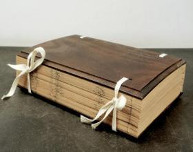 明版精刻本【释名】一夹板四册四卷一套全。是一部从语言声音的角度来推求字义由来的著作。它就音以说明事物得以如此称名的缘由,并注意到当时的语音与古音的异同。是研究汉语语源学的要典