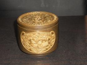 浮雕铜鎏金鸳鸯荷花五福捧寿带盖铜缸(尺寸:直径7.8cm,高6.3cm,重673克)
