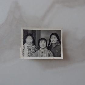 河南影像原版老照片收藏《戴像章的三姐妹合影》655#