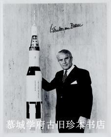 【稀见】韦恩赫尔·冯·布劳恩(WERNER VON BRAUN 1912-1977)亲笔签名照片一帧。德国/美国火箭专家,二十世纪航太事业的先驱之一、史上最伟大的火箭科学家、任美国国家航空航天局的空间研究开发项目的主设计师,主持设计了阿波罗4号的运载火箭土星5号。