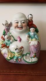 七十年代:景德镇雕塑瓷厂制粉彩五子登科弥勒像,做工精美,栩栩如生,有底款。底足有火石红。高22厘米,宽20厘米。美品。快递包邮。