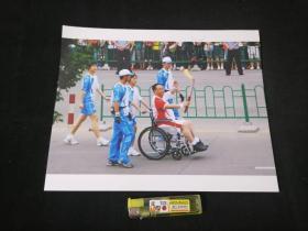 照片:奥运圣火传南通(全国劳模残疾人阎建国当上火炬手)