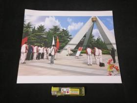 照片:三月桃花别样红(通中团委在烈士纪念碑前为新团员举行入团宣誓活动)