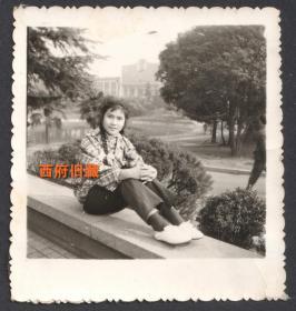 七十年代,麻花辫子格子衫女孩儿