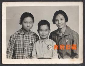 文革老照片,三口之家,胸前佩戴毛主席像章合影留念老照片