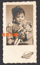五六十年代,怀抱玩具布娃娃的哈尔滨小女孩,哈尔滨摄影社