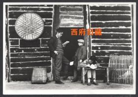 九十年代摄影作品,一位严格的老师在教室门口,给学生做辅导