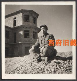 六七十年代,盘腿而坐,像碉堡一样的军人老照片,非常好的环境人像