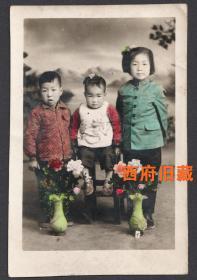 五十年代手工上色老照片,小姐弟三人合影老照片