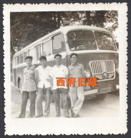 成都老式公共汽车前合影老照片
