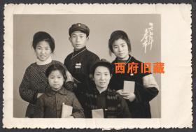 文革特色老照片,1972年春节于湖南长沙,手持红宝书,佩戴红袖标合影老照片