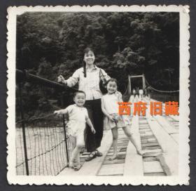 都江堰安澜索桥上留念的欢乐一家人
