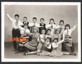 文革特色老照片,化妆儿童齐跳忠字舞,时代特色明显