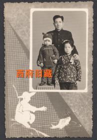 五十年代,太原福利照相馆,一位父亲和儿女的合影老照片,富有寓意的渔夫和金鱼图案,值得玩味的一件老照片