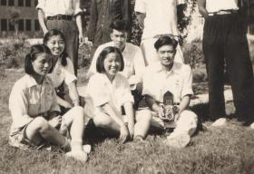 五十年代,手握老式照相机一起留念的大学生