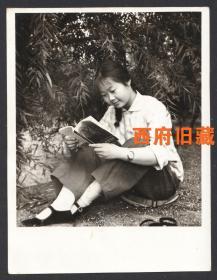 七十年代,佩戴手表,手持72年版摄影知识书本的姑娘