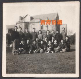 1955年,上海肇和中学与机校,提着足球在老建筑前合影老照片