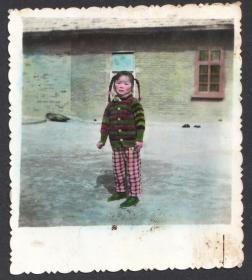 七十年代,手工上色,紧握拳头的羊角辫小女孩儿