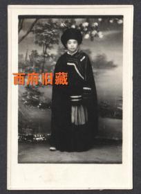 五十年代,藏族服饰女士老照片,漂亮的老照相馆布景