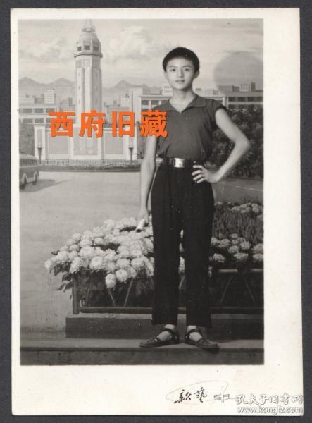 1974年,重庆新艺照相馆,重庆地标解放碑布景,人像老照片