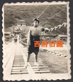 文革时期串联老照片,四川甘孜泸定县泸定桥上的绑腿留念老照片