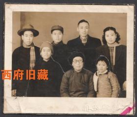 民国老照片,大都会照相馆全家福合影老照片,准备裁开的合影,最终还是完整保存了下来