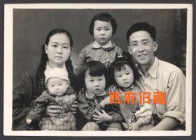 五十年代,有着四个可爱孩子的全家福合影老照片