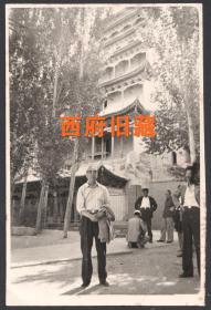1984年,于甘肃敦煌万佛阁前参观敦煌壁画留念老照片