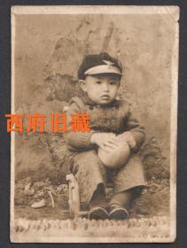 民国老照片,竹椅上玩皮球的小男孩,很有特色的帽徽
