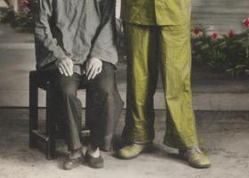 五十年代手工上色老照片,一位军人和他的小脚母亲合影照,漂亮的照相馆布景