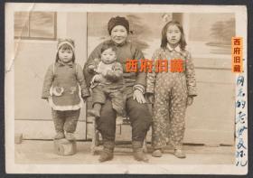 新中国成立初期,一位小脚老太和孙辈合影老照片