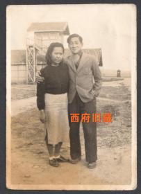 民国老照片,民国34年情侣合影老照片,非常独特的建筑背景