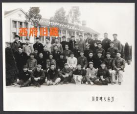 文革特色老照片,1967年,手持红宝书和毛主席像画报合影老照片,于成都第五工人疗养院合影老照片