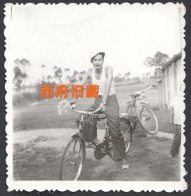 七八十年代,骑着自行车,拿着采来的野花留念老照片,像风一样自在的男子
