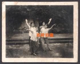 文革特色老照片,跳忠字舞的四个姑娘