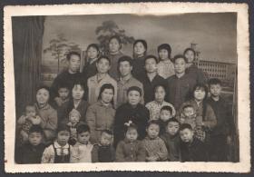 文革时期大家庭合影照,一个老太太为核心,十五六个孩子的大家庭合影老照片