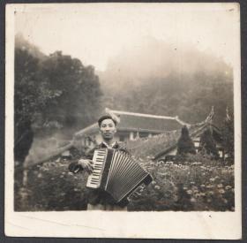 1956年,手风琴演奏老照片