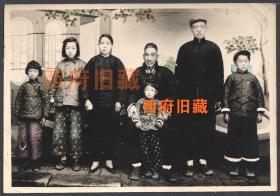 五十年代初或民国,精品手工上色全家福老照片,小脚老太,男左女右,服装鞋帽都很有特色