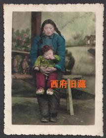 五六十年代,板凳上的母子,手工上色老照片