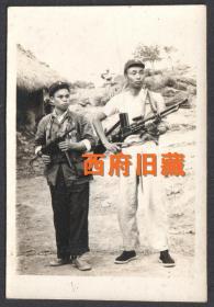 五十年代,持枪军人老照片,很独特的一张照片