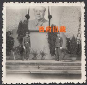1976年,纪念毛主席逝世,伟人像下的持枪守卫的士兵