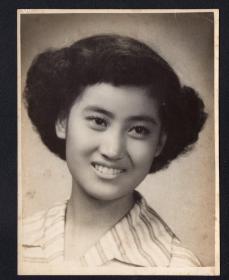 5.60年代大美女老照片1张(尺寸约11*14.6厘米)2641